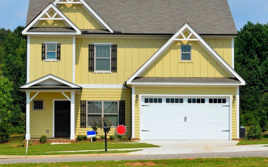 maison et porte de garage